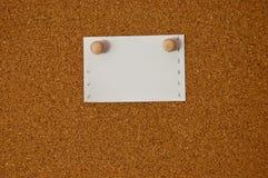 Documento de nota blanco sobre tarjeta del corcho Fotografía de archivo