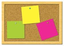 Documento de nota colorido sobre una tarjeta del corcho Imagenes de archivo