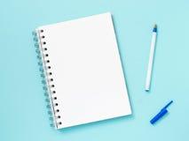Documento de nota en blanco sobre fondo azul Imagenes de archivo
