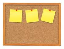 Documento de nota tres sobre el tablero del corcho aislado en blanco Fotografía de archivo libre de regalías