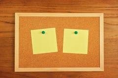 Documento de notas en blanco del recordatorio sobre tablero del corcho Imagen de archivo