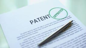 Documento de patente aprobado, mano que sella el sello en el papel oficial, ley de Derechos de Autor almacen de metraje de vídeo