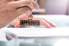 Documento de Stamping Approved On del hombre de negocios imagen de archivo