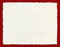 Documento Deckled sobre rojo imagenes de archivo