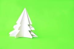 Documento del árbol de navidad de la papiroflexia sobre fondo verde Imagen de archivo libre de regalías