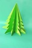 Documento del árbol de navidad de la papiroflexia sobre fondo verde Imagenes de archivo