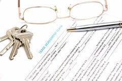 Documento del contrato de alquiler con llave Imagen de archivo libre de regalías