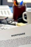 Documento del contratto di mutuo ipotecario sullo scrittorio del prestatore Fotografie Stock