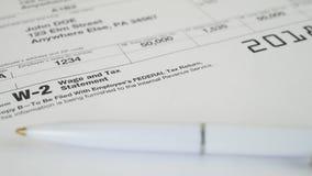 Documento del impuesto para la forma de impuesto del IRS W-2 almacen de metraje de vídeo