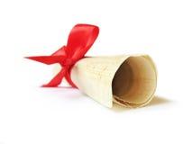 Documento del papiro con il nastro rosso Fotografie Stock Libere da Diritti