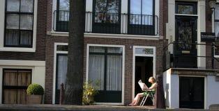 Documento della lettura della donna all'esterno Fotografie Stock Libere da Diritti