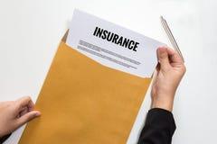Documento di assicurazione di apertura della donna di affari nella busta della lettera Immagine Stock Libera da Diritti