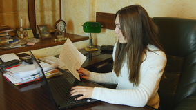 Documento di battitura a macchina della donna di affari sul computer portatile all'ufficio Fotografia Stock Libera da Diritti