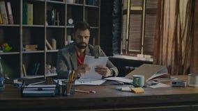 Documento di firma dell'uomo d'affari all'ufficio Uomo stanco che lavora con le carte archivi video