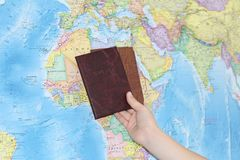 Documento di identità sui precedenti di una mappa geografica fotografie stock libere da diritti