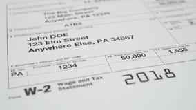 Documento di imposta per la forma di imposta di IRS W-2 stock footage