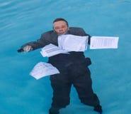 Documento di mutuo ipotecario della tenuta dell'uomo senior in acqua immagine stock libera da diritti