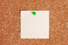 Documento di nota in bianco su Corkboard Immagine Stock