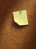 Documento di nota giallo su sughero fotografia stock