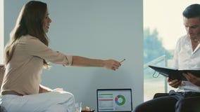 Documento di rappresentazione della donna di affari al collega Gente di affari nel processo di lavoro stock footage