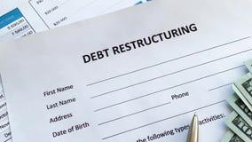 Documento di ristrutturazione del debito con il grafico sulla tavola stock footage