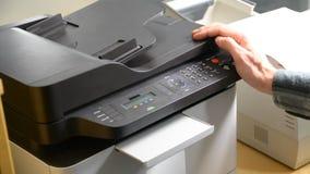 Documento di stampa della mano sulla stampatrice o sul fax archivi video