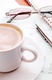 Documento e caffè finanziari Immagine Stock
