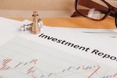 Documento e monocolo della lettera rapporto di investimento; il documento è falso Fotografie Stock Libere da Diritti