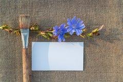 Documento en blanco, cepillo y flor sobre el despido Fotos de archivo