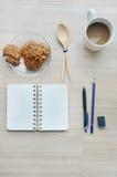 Documento en blanco, descanso para tomar café y herramientas de la oficina sobre la tabla de madera - T fotografía de archivo
