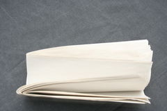 Documento en blanco sobre gris foto de archivo libre de regalías