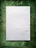Documento en blanco sobre la pared verde vieja Imágenes de archivo libres de regalías