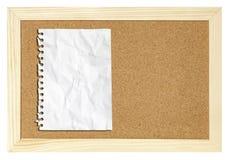 Documento en blanco sobre la tarjeta del corcho aislada Imágenes de archivo libres de regalías