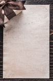 Documento encajonado del regalo sobre la opinión de la vertical del tablero de madera del vintage imagenes de archivo