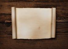 Documento encrespado sobre la madera foto de archivo