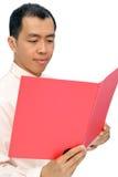 Documento esecutivo asiatico maturo della lettura fotografie stock