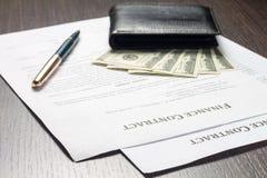 Documento financiero con el dinero y la pluma Fotos de archivo libres de regalías