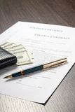 Documento financiero con la cartera, el dinero y la pluma Imagen de archivo libre de regalías