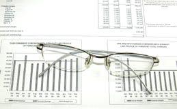 Documento finanziario, grafici, occhiali. Fotografia Stock