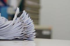 Documento inacabado, pilas de ficheros de papel con los clips en el escritorio Foto de archivo libre de regalías