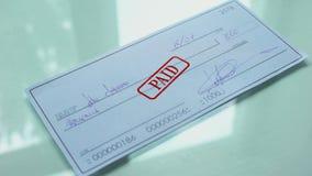 Documento pago, mão do cheque que carimba o selo no papel oficial, pagamento da compra video estoque