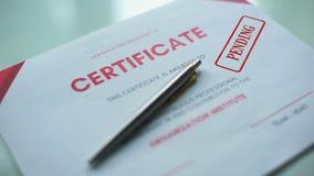 Documento pendiente, mano del certificado que sella el sello en el papel oficial, verificación almacen de metraje de vídeo