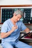 Documento profesional médico de la lectura Imagen de archivo