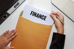 Documento rapporto di finanza di apertura della donna di affari nella busta della lettera Fotografie Stock Libere da Diritti