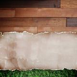 Documento rasgado reciclado sobre el fondo de madera. Foto de archivo