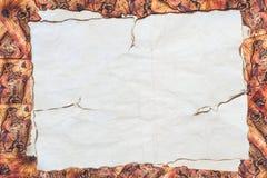 Documento rasgado sobre el fondo de la tabla imagenes de archivo