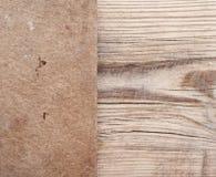 Documento rasgado sobre la madera fotos de archivo