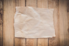 Documento rasgado viejo sobre el fondo de madera fotos de archivo libres de regalías
