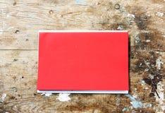 Documento rojo sobre la madera Fotografía de archivo libre de regalías
