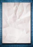Documento sgualcito bianco sulle blue jeans immagine stock libera da diritti